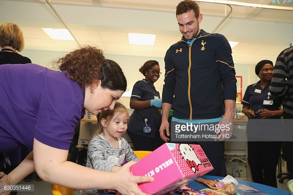 Toby Alderweireld, Vincent Janssen, Tom Carroll and Jenna Schillaci of Tottenham Hotspur pose for the camera with a young patient as they visit Whittington Hospital as Tottenham Hotspur Players Deliver Christmas Presents to Local Hospitals on December 21, 2016 in London, England.
