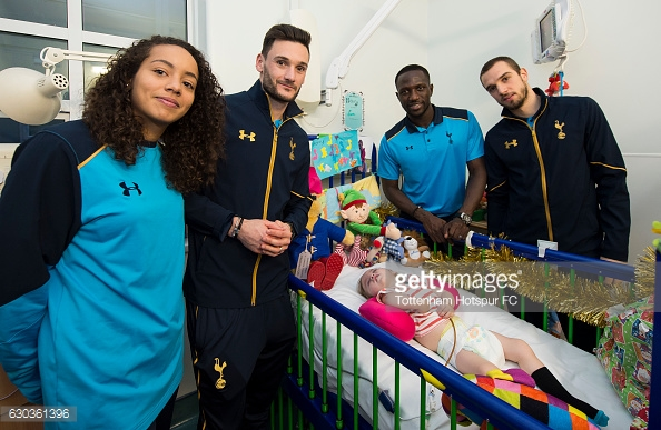 LONDON, ENGLAND - DECEMBER 21: Leah Rawle, Hugo Lloris, Moussa Sissoko and Pau Lopez of Tottenham Hotspur hand out presents to patients at Whipps Cross Hospital on December 21, 2016 in London, England. (Photo by Tottenham Hotspur FC/Getty Images)