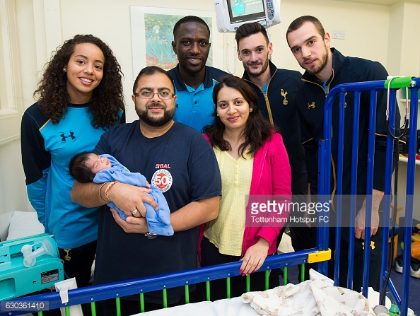 LONDON, ENGLAND - DECEMBER 21: Leah Rawle, Moussa Sissoko, Hugo Lloris and Pau Lopez of Tottenham Hotspur hand out presents to patients at Whipps Cross Hospital on December 21, 2016 in London, England. (Photo by Tottenham Hotspur FC/Getty Images)