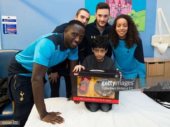 LONDON, ENGLAND - DECEMBER 21: Moussa Sissoko, Pau Lopez, Hugo Lloris and Leah Rawle of Tottenham Hotspur hand out presents to patients at Whipps Cross Hospital on December 21, 2016 in London, England. (Photo by Tottenham Hotspur FC/Getty Images)