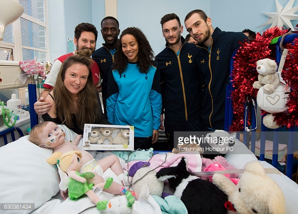 LONDON, ENGLAND - DECEMBER 21: Moussa Sissoko, Leah Rawle, Hugo Lloris and Pau Lopez of Tottenham Hotspur hand out presents to patients at Whipps Cross Hospital on December 21, 2016 in London, England. (Photo by Tottenham Hotspur FC/Getty Images)