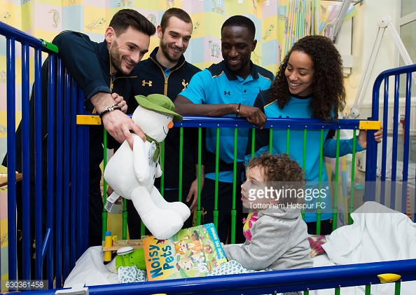 LONDON, ENGLAND - DECEMBER 21: Hugo Lloris, Pau Lopez, Moussa Sissoko and Leah Rawle of Tottenham Hotspur hand out presents to patients at Whipps Cross Hospital on December 21, 2016 in London, England. (Photo by Tottenham Hotspur FC/Getty Images)